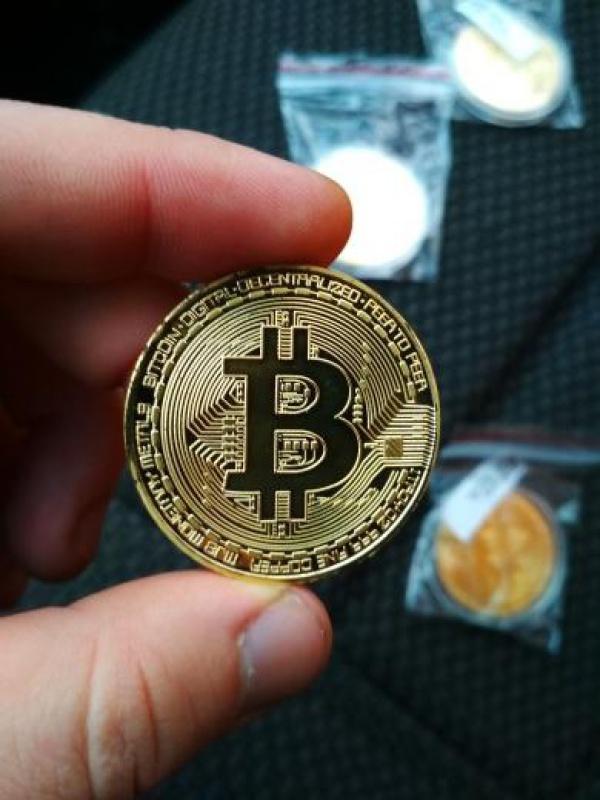 egy érme és bitcoin